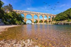 Acima da ponte voa o rebanho dos guindastes Imagem de Stock Royalty Free