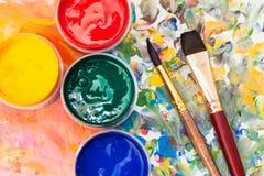 Acima da vista da paleta da aquarela, escovas de pintura Foto de Stock