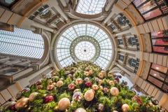 Acima da vista de uma árvore de Natal com suas bolas decorativas brilhantes na Imagem de Stock Royalty Free