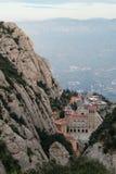 Acima da vista do monastério de Monserrate, Espanha, da parte superior da montanha através da garganta no por do sol Foto de Stock