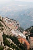 Acima da vista do monastério de Monserrate, Espanha, da parte superior da montanha através da garganta no por do sol Fotos de Stock Royalty Free