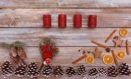 Acima da vista em velas do advento e na tabela decorada Imagens de Stock Royalty Free