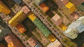 Acima das casas coloridas confortáveis acolhedores da vista superior em uma antena europeia da cidade 4K UHD filme