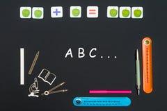 Acima das fontes dos artigos de papelaria e do ABC do texto no quadro-negro imagens de stock royalty free