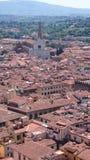Acima das partes superiores do telhado de Florença, Itália, di Santa Croce da basílica Imagens de Stock Royalty Free