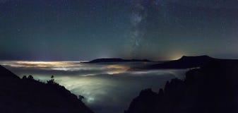 Acima de um mar das nuvens imagem de stock