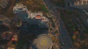 Acima do centro de negócios moderno da vista superior com metragem da antena do heliporto 4K UHD filme