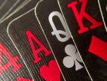 Acima do fim/macro - entregue cartões de jogo pretos Imagens de Stock