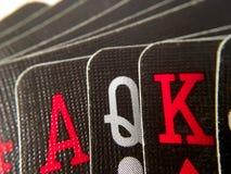 Acima do fim/macro - mão de cartões de jogo pretos Foto de Stock