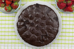 Acima do tiro de um bolo do caramelo de chocolate em uma tabela do país Foto de Stock Royalty Free