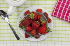 Acima do tiro de uma bacia de vidro chapeada de strawberrys maduros Fotografia de Stock