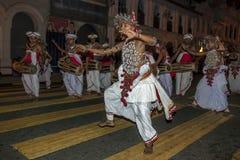 Acima dos dançarinos do país e do Gete Beraya (cilindros) execute ao longo das ruas de Kandy em Sri Lanka imagem de stock