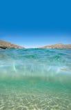 Acima e abaixo da superfície do seawater foto de stock