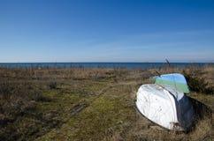 Acima-lado-para baixo pequeno dos barcos de enfileiramento pela costa Foto de Stock