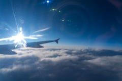 Acima no ar, vista da silhueta da asa de aviões com escuro - horizonte do céu azul imagem de stock