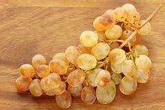 Acini d'uva bianchi gialli dorati unici Fotografia Stock