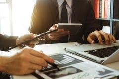 Acionista profissional de duas reuniões de negócios que trabalha junto imagens de stock