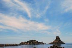 Acitrezza口岸在被保护的海岸公园 西西里岛 免版税图库摄影