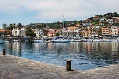 Acitrezza,意大利- 2017年6月01日:小小游艇船坞在美丽的渔村 免版税库存照片