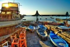 Acitrezza-Hafen mit altem Boot Lizenzfreies Stockfoto