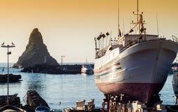 Acitrezza hamn med det gamla fartyget Royaltyfri Bild