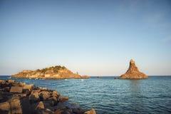 Acitrezza-Insel lachea und faraglione Stockbild