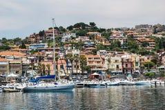 Acitrezza Italien - Juni 01, 2017: En grupp av fartyg ankrade i den lilla sicilian hamnen Royaltyfri Bild
