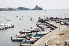 Acitrezza schronienie z fisher łodziami obok cyklop wysp, Catania, Sicily zdjęcie stock