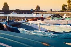 Acitrezza schronienie z starą łodzią Obrazy Royalty Free