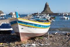 Acitrezza und sein kleiner Fischereihafen Stockbilder