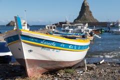 Acitrezza und sein kleiner Fischereihafen Stockfotografie