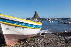 Acitrezza und sein kleiner Fischereihafen Lizenzfreies Stockfoto