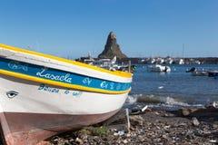 Acitrezza und sein kleiner Fischereihafen Stockfoto