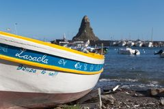 Acitrezza und sein kleiner Fischereihafen Lizenzfreie Stockfotos