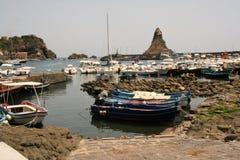 Acitrezza y su pequeño puerto pesquero imagenes de archivo