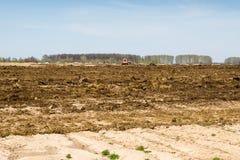 Ackerland über blauem Himmel Lizenzfreie Stockfotografie