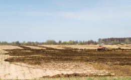 Ackerland über blauem Himmel Stockbild