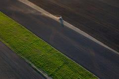 Ackerland arbeitet am Frühling Stockbilder