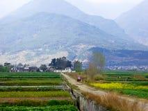 Ackerland auf dem Fuß eines Berges Stockbild