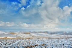 Ackerland bedeckt mit Schnee Stockbilder