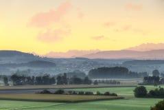 Ackerland bei Sonnenaufgang, die Schweiz Stockbild