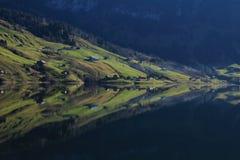 Ackerland, das im See Wagital widerspiegelt Lizenzfreie Stockbilder