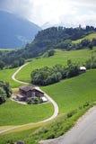 Ackerland in den Alpen Stockbild
