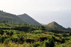 Ackerland durch Gebirgsbasis Stockfotografie