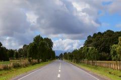 Ackerland eingezäunter niedriger Zaun Lizenzfreies Stockbild