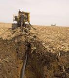 Ackerland-Entwässerung Tilings-Maschine bei der Arbeit Lizenzfreie Stockbilder