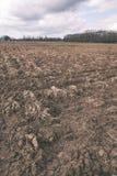 Ackerland Furchen auf Ackerland - Weinlesefilmblick Stockbild