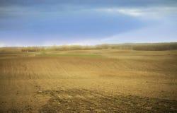 Ackerland im Vorfrühling mit einem Feld bereit gesät zu werden Stockfotografie