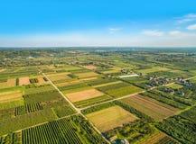 ackerland Ländliche Landschaft mit Vogel ` s Augenansicht Kleines Ackerland, das zum Horizont ausdehnt Lizenzfreie Stockbilder