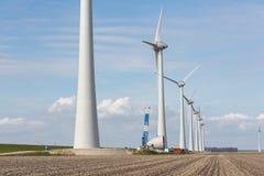 Ackerland mit Bauarbeit am größten windfarm der Niederlande Stockfoto